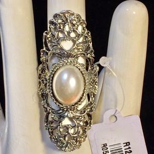A stunning pearl and silver stretch ring